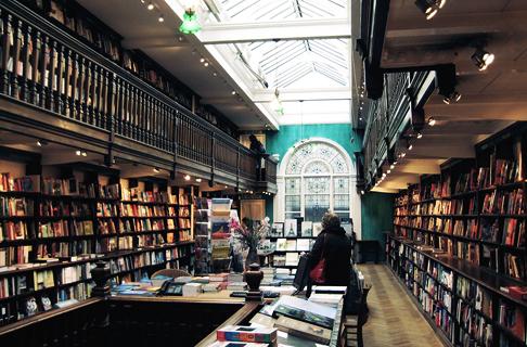 8e166d252b9c Daunt Books — один из самых красивых книжных магазинов Лондона. В него  стоит зайти только ради самого здания эпохи Эдуарда VII и интерьера   светлого ...