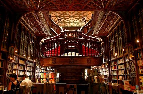 8a06369b3301 Газета The Guardian назвала Lello Bookshop в Порто одним из 3 самых  красивых книжных магазинов мира. Здание в стиле модерн было построено в  1906 году ...