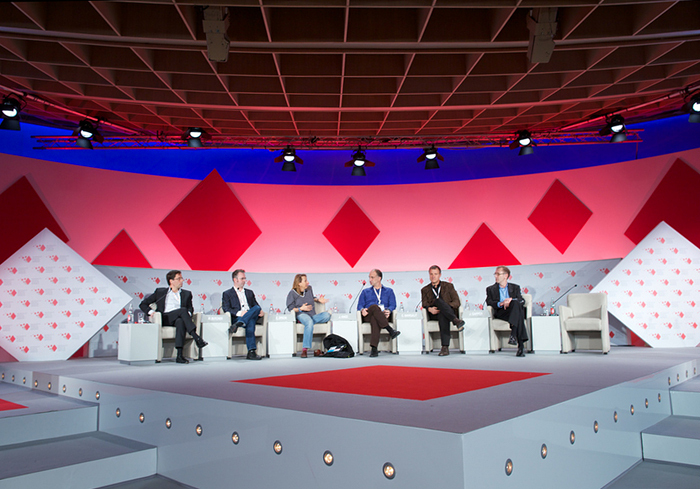 Лучшие конференции осени: *политический дискурс в австрийском замке, стартапы в Париже и космос в Токио*