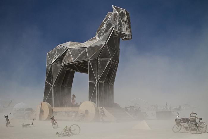 Троянский конь: *как социум становится частью нашей индивидуальности*