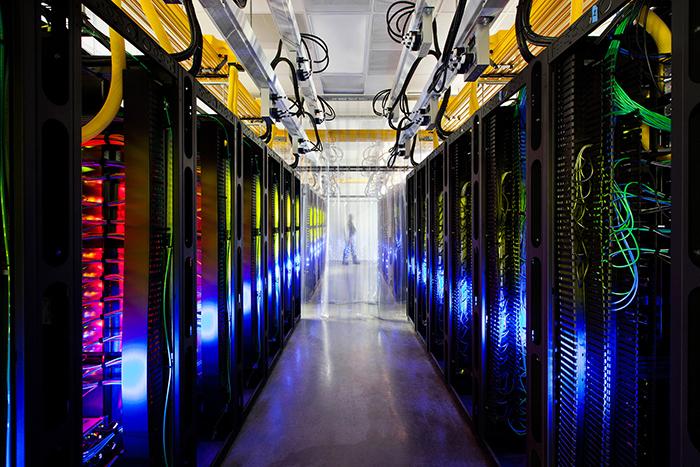Скованные одной сетью: *журналист Эндрю Блум выясняет, что из себя на самом деле представляет интернет*