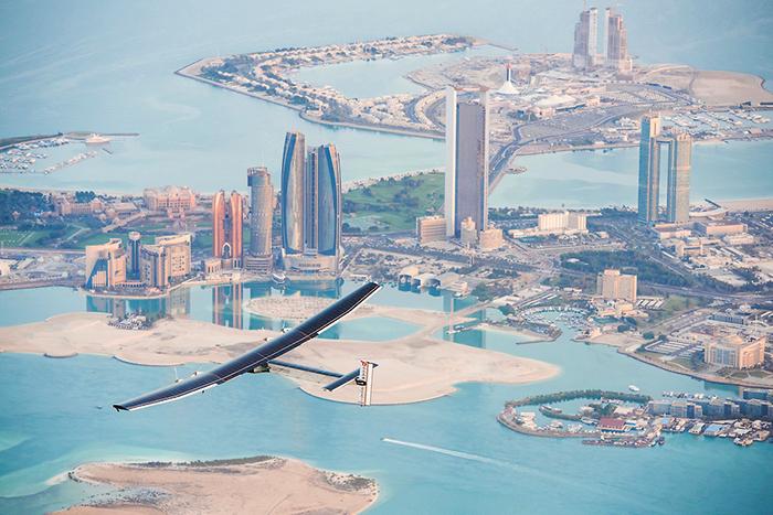 Солнечный импульс: *можно ли облететь весь мир на самолете без топлива?*