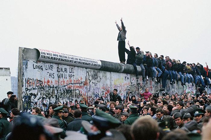 Берлинская стена и коррупция в Нью-Йорке: *как общественные ценности влияют на экономику*