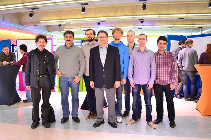 Сотрудники лаборатории искусственных квантовых ...