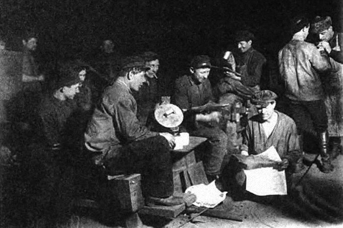 Обеденный перерыв назаводе. 1926г. ...