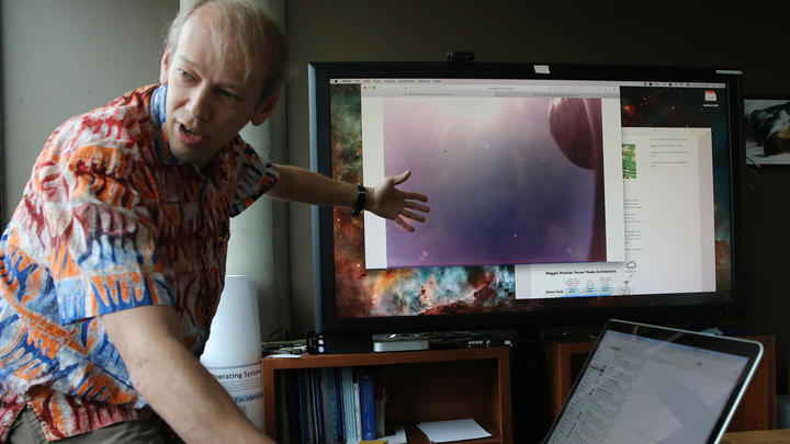 Пит Бекман показывает изображение неба, которое...