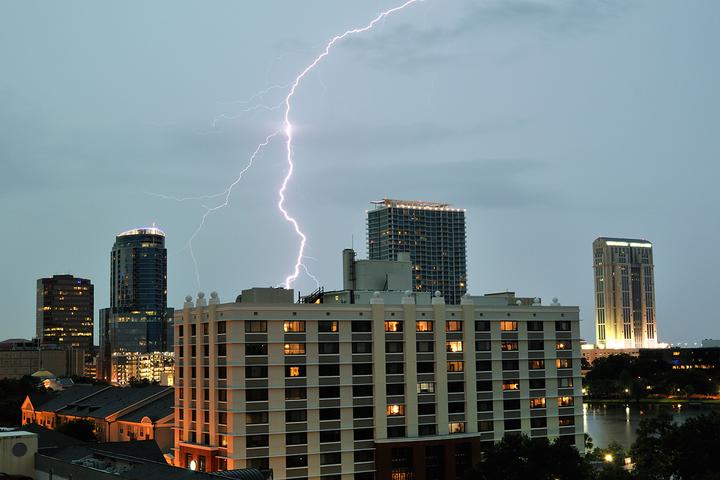Электрический потенциал: как возникает молния и насколько она опасна