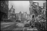 Люди убирают улицы Берлина. Май, 1945год