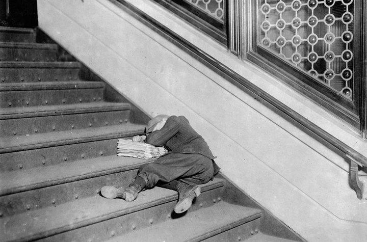 Маленький разносчик газет спит наступеньк...