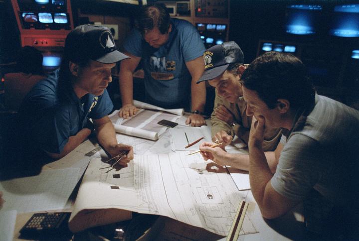 Баллард иего команда исследуют план затон...