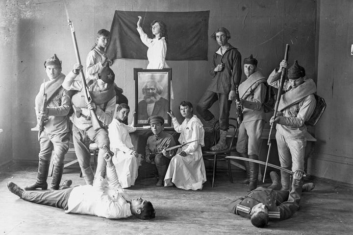 Пирамида комсомольцев: фотоистория завоевания провинциального города советской культурой