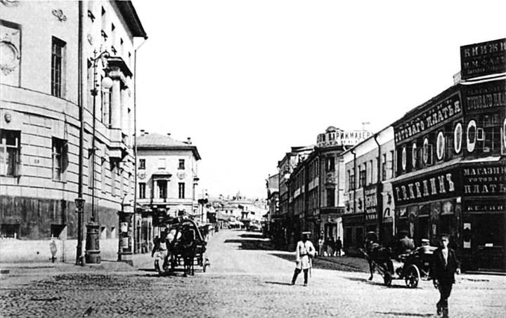 Моховая улица. Слева— старое университетс...