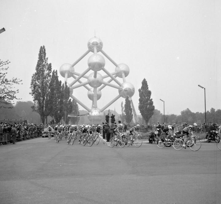 Брюссель. Гонщики проезжают «Атомиум» (символ г...
