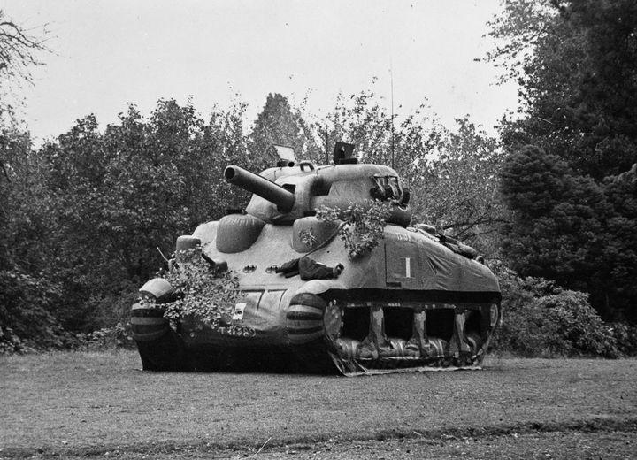 Надувные танки использовались, чтобы запутать в...