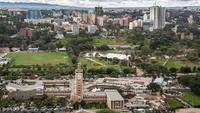 Найроби, центр города. Здания парламента. Парк ...