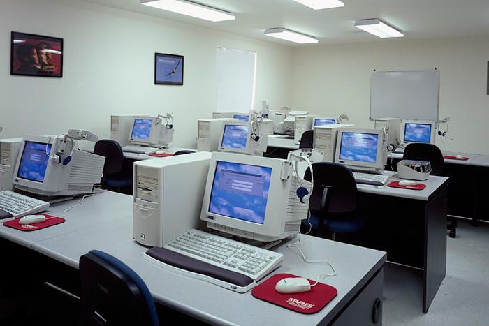 Компьютерный класс вшколе. Кэрол Хайсмит....