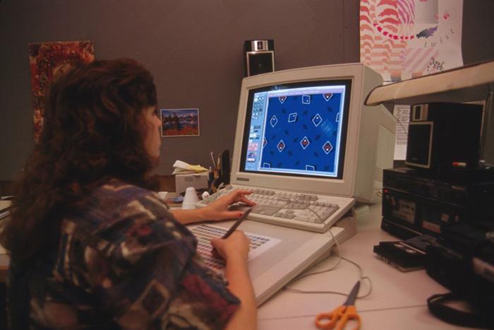 Женщина создает накомпьютере орнамент для...
