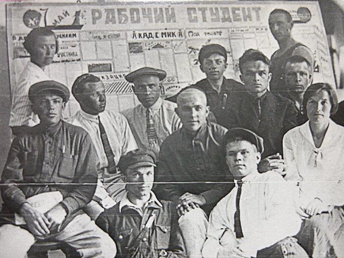 Студенты Кубанского рабфака устенгазеты. ...
