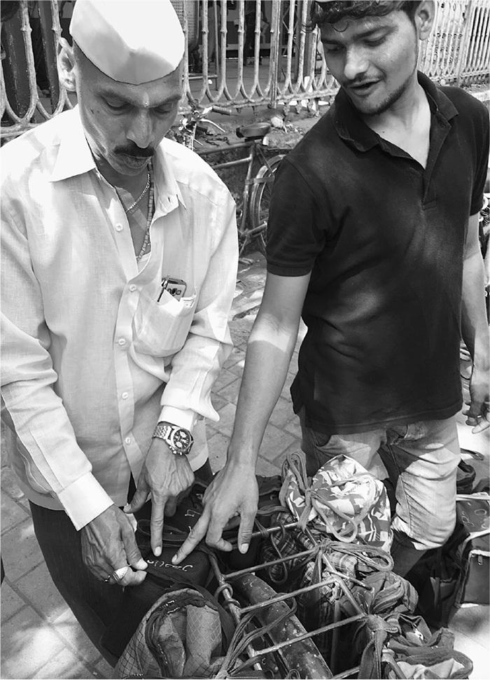 Даббавала Экнат Ханбар (слева) иСвапнил Б...