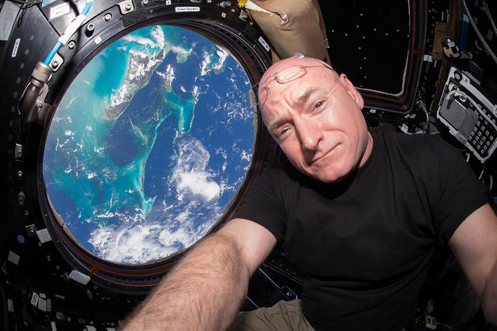 «Ломаю голову, как поступить с пакетом кобыльего молока»: несколько дней из жизни астронавта на орбите