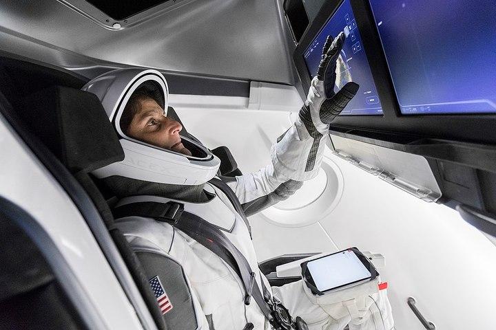 Астронавт вкосмическом скафандре производ...