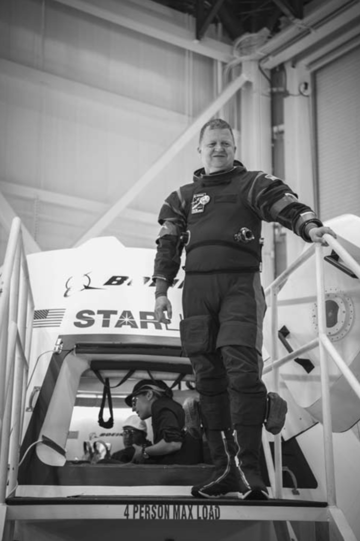 Ил. 3.3. Астронавт НАСА Эрик Бо вскафандр...