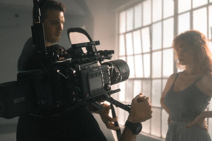 «Кино не рассказывает истории, кино их показывает»: чем занимается оператор-постановщик