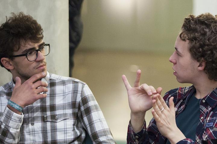 Культура глухих в США и России: роль жестовых языков в ее развитии